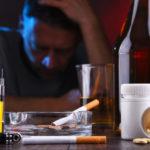 Алкоголь, курение и наркотики удваивают риск заражения COVID-19 после вакцинации