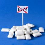 В ЕС запретили распространенный пищевой краситель Е171. Насколько он опасен?